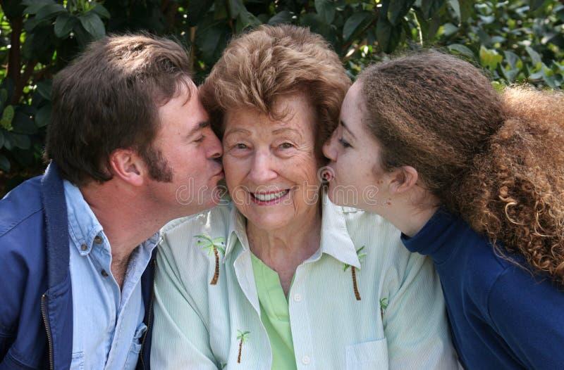 Download Kyssleenden arkivfoto. Bild av älska, farmor, kyss, mormor - 503792