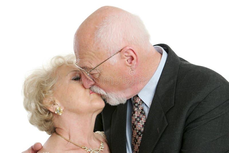 kyssromantikerpensionär arkivfoton