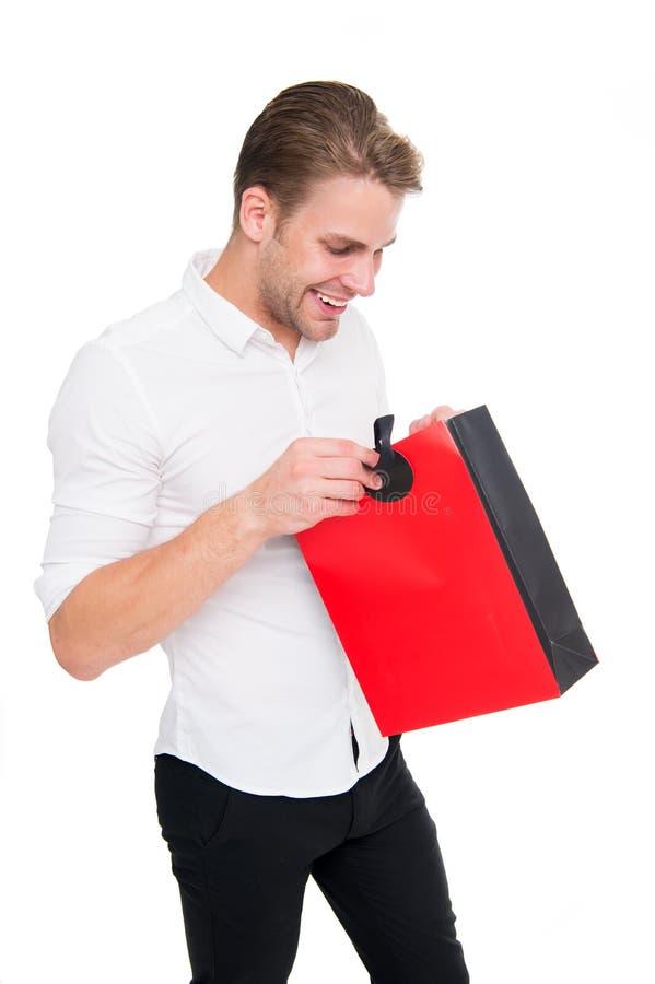 là ce qui Homme positif appréciant l'achat grande vente dans le centre commercial Cyber lundi et concept noir de vendredi passion image stock