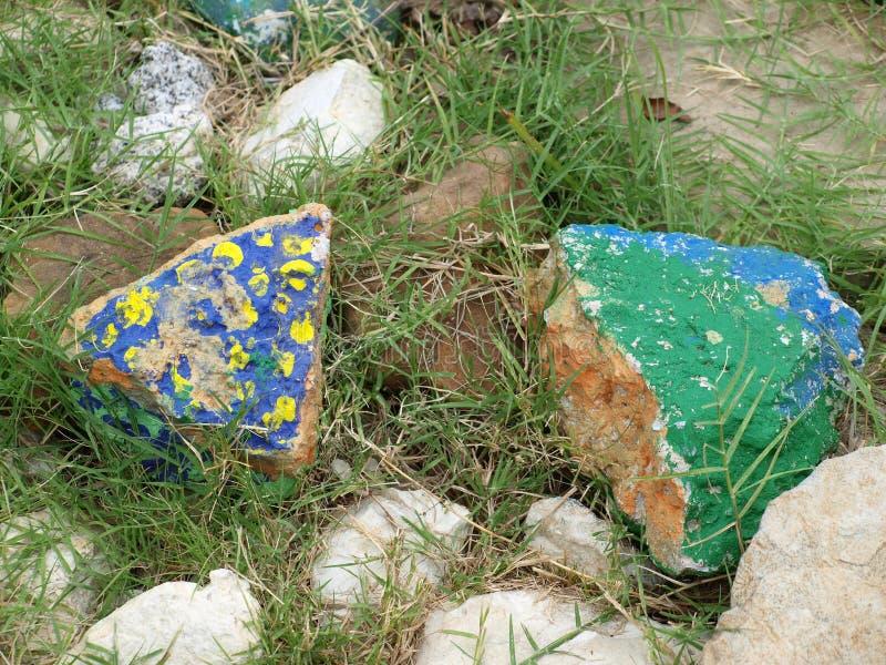 Là où la pierre rencontre la peinture sur une promenade de jardin images stock