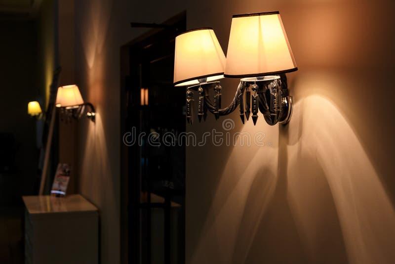 Lámpara amarilla elegante con la luz caliente fotos de archivo
