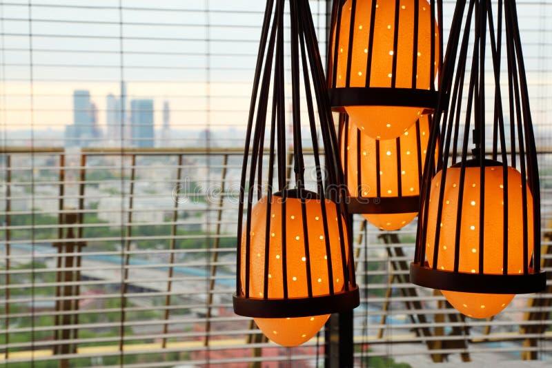 Lámpara amarilla que cuelga de techo imágenes de archivo libres de regalías