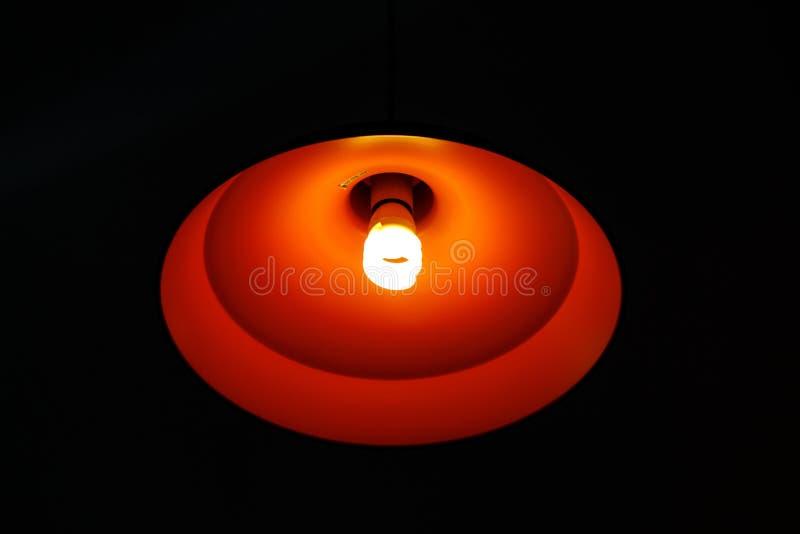 Lámpara anaranjada en oscuridad fotografía de archivo