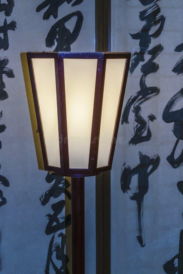 Lámpara antigua en el templo imagenes de archivo