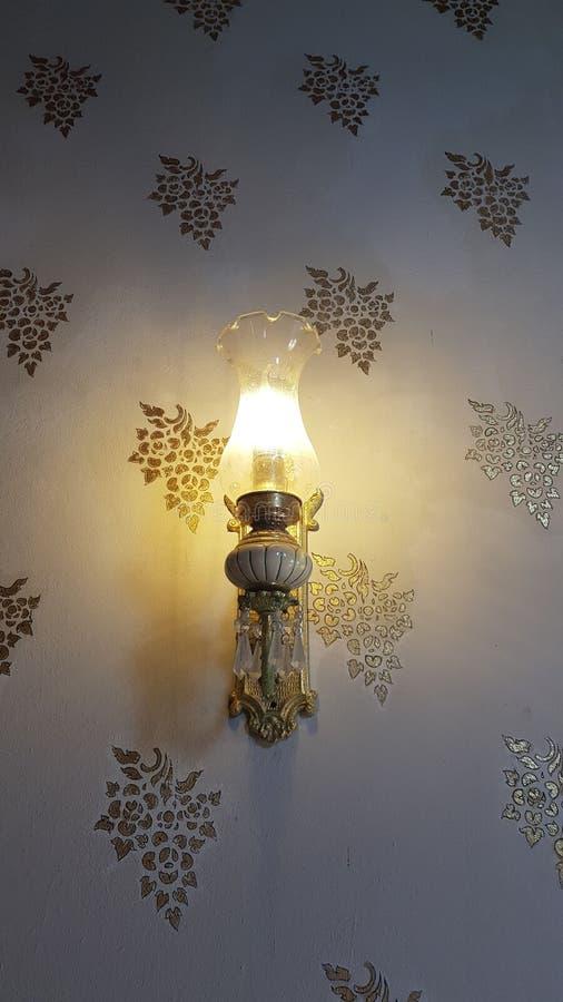 Lámpara antigua interior del templo de la pared imagenes de archivo