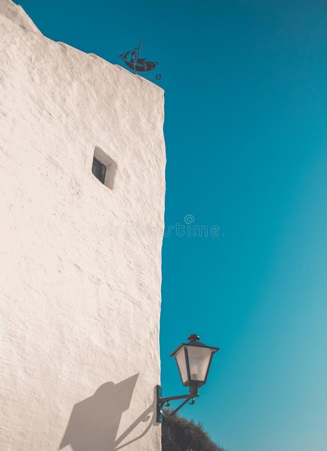Lámpara blanca de la casa y de calle imagenes de archivo