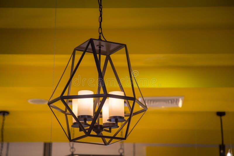 Lámpara caliente de la bombilla del tono decorativo con amarillo del sitio de la pared fotografía de archivo libre de regalías
