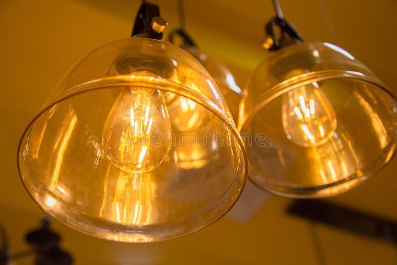 Lámpara caliente de la bombilla del tono decorativo con amarillo del sitio de la pared fotos de archivo