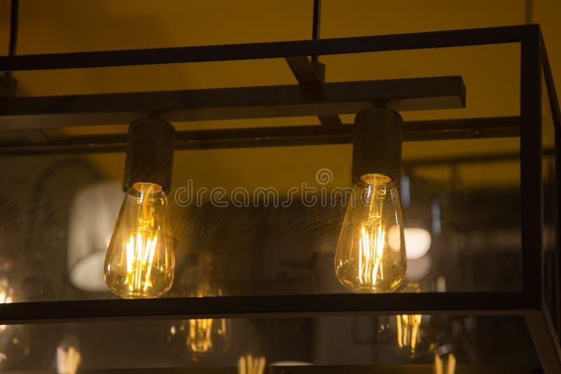 Lámpara caliente de la bombilla del tono decorativo con amarillo del sitio de la pared foto de archivo