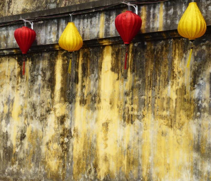 Lámpara china roja y amarilla en la pared amarilla vieja imágenes de archivo libres de regalías