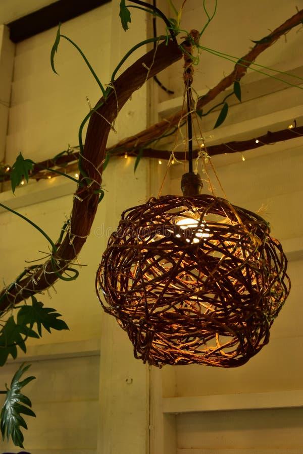 Lámpara colgante de madera en la casa dulce con la pequeña iluminación Bokeh fotos de archivo libres de regalías