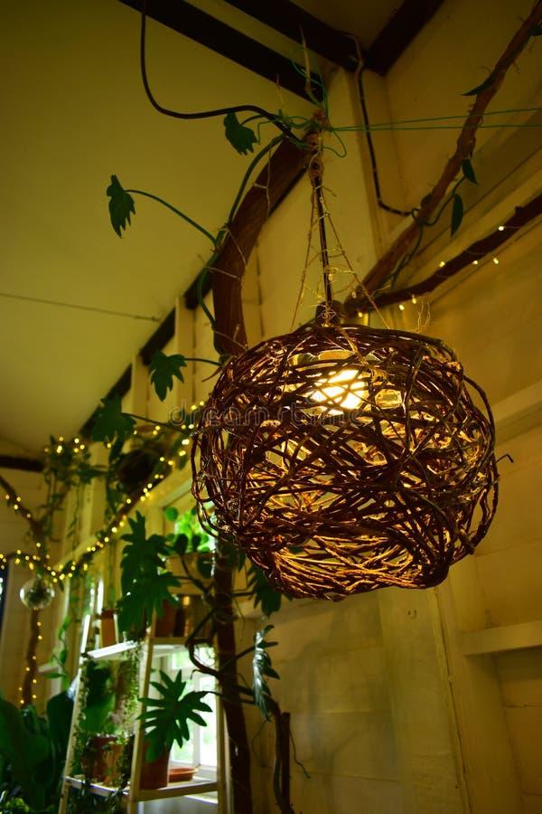 Lámpara colgante de madera en la casa dulce con la pequeña iluminación Bokeh imágenes de archivo libres de regalías
