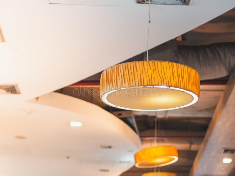 Lámpara colgante moderna redonda y plana en zona de restaurantes fotografía de archivo