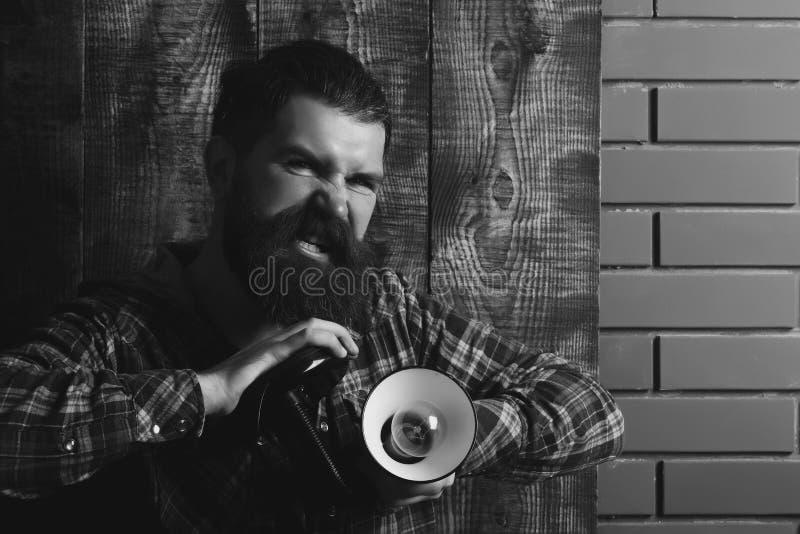 Lámpara con la bombilla en el hombre brutal enojado fotos de archivo libres de regalías
