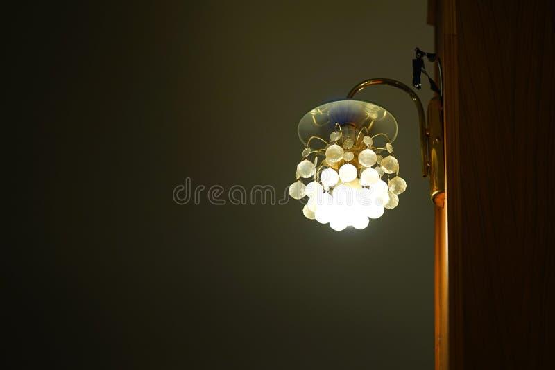 Lámpara con los colgantes cristalinos imagen de archivo