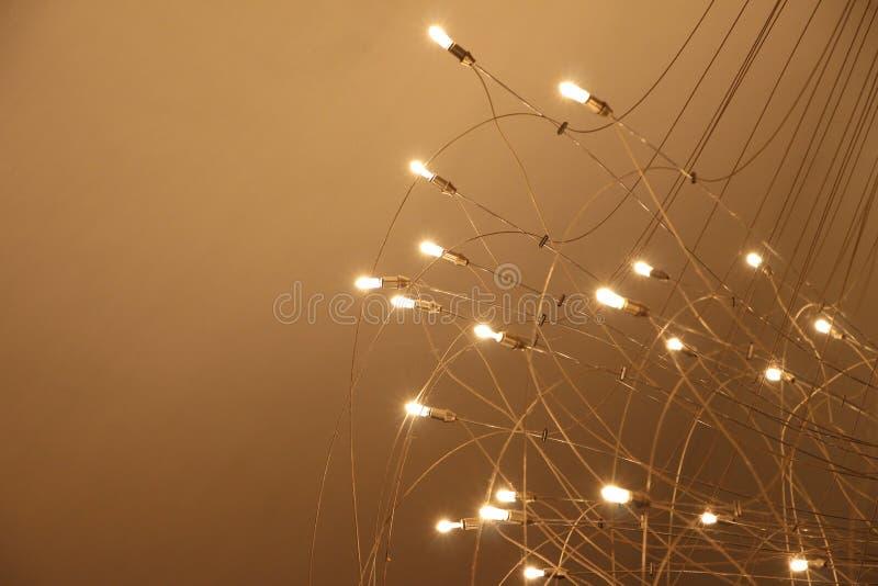 Lámpara con muchas bombillas en fondo rojo fotos de archivo libres de regalías