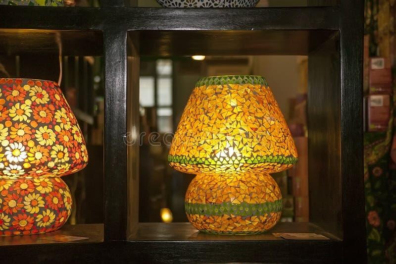 Lámpara construida con los pedazos de cristal amarillos imagen de archivo