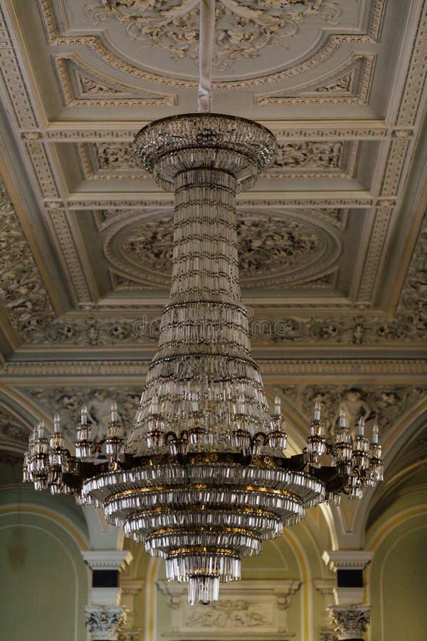 Lámpara cristalina del vintage grande en el palacio Estuco en el techo fotos de archivo