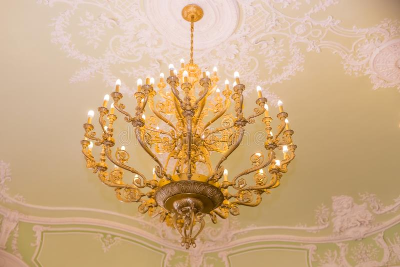 Lámpara cristalina elegante lámpara del colgante del vintage Lámpara cristalina grande con los colgantes en techo lujoso foto de archivo libre de regalías