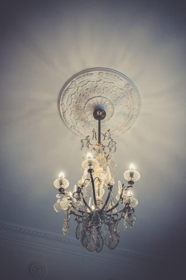 Lámpara cristalina en estilo del vintage con las porciones de colgantes y de lámparas imagenes de archivo