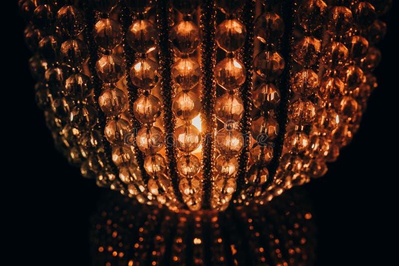 Lámpara cristalina hermosa de la lámpara en fondo negro fotos de archivo