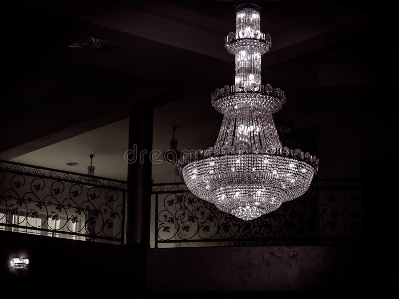 Lámpara cristalina hermosa, foto blanco y negro, escena muy oscura fotos de archivo libres de regalías