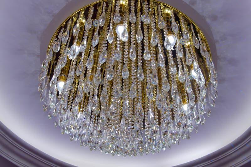 Lámpara cristalina hermosa y redonda en un cuarto Diamond Crystal Chandelier Lamp con diseño de lujo Primer de un cr hermoso fotografía de archivo