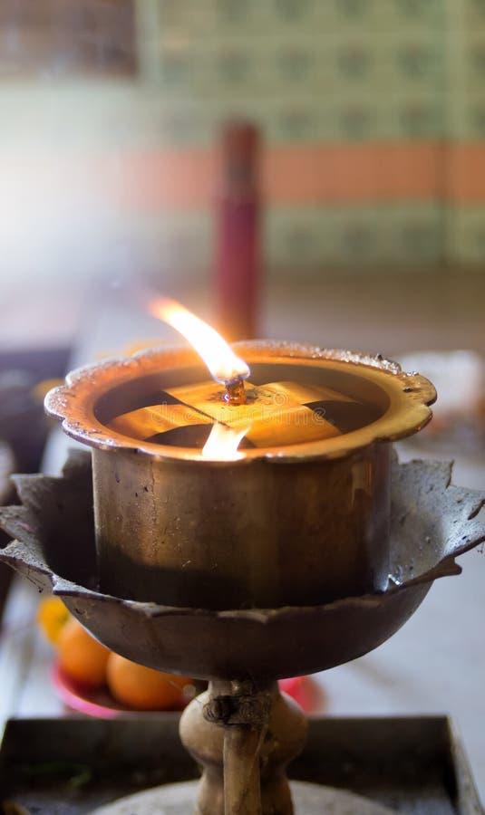 Lámpara de aceite en el templo imagen de archivo