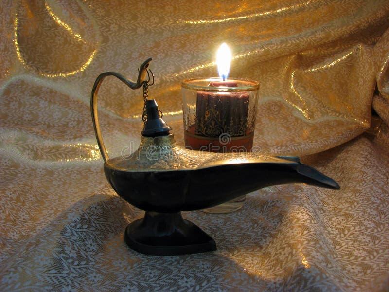 Lámpara de Aladdin en fondo ligero del oro fotos de archivo libres de regalías