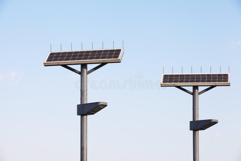Lámpara de calle con el panel solar fotografía de archivo
