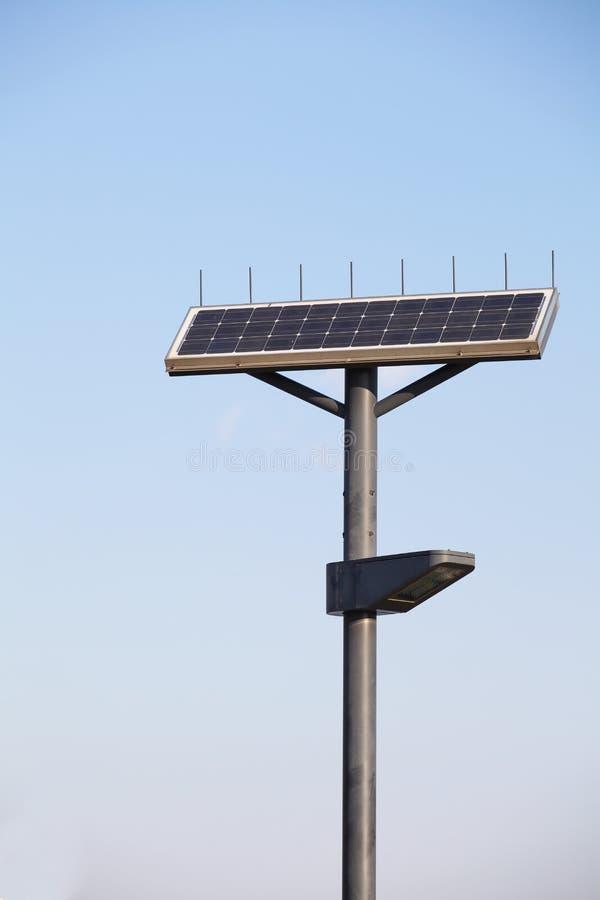 Lámpara de calle con el panel solar imagen de archivo