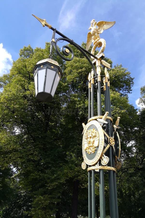 Lámpara de calle con un paisaje de oro hermoso fotografía de archivo