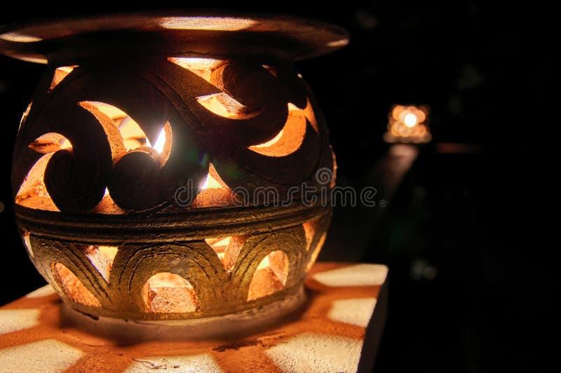Lámpara de calle decorativa que brilla intensamente en la noche Primer Fondo oscuro fotos de archivo libres de regalías