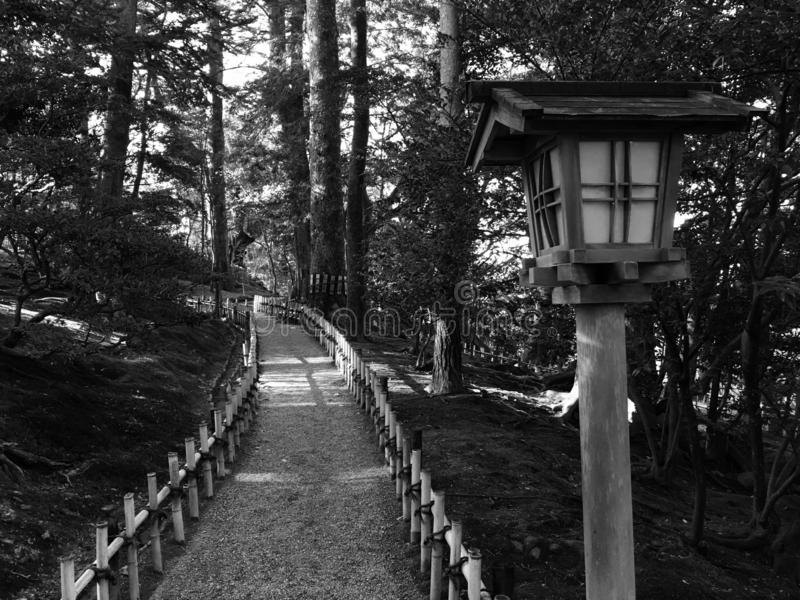 Lámpara de calle del estilo japonés y una calzada imagenes de archivo