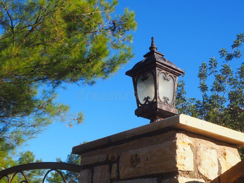 Lámpara de calle del hierro del vintage en una cerca, primer fotos de archivo libres de regalías
