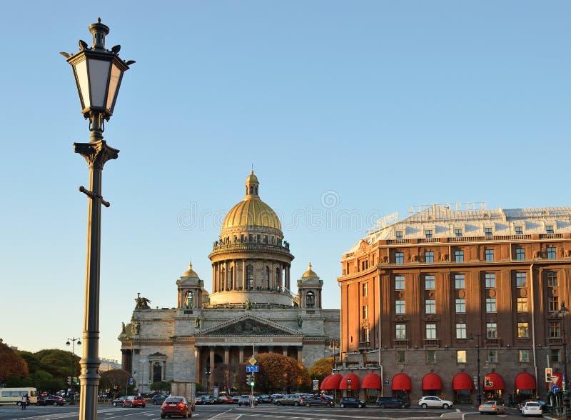 Lámpara de calle del vintage, catedral del ` s del St Isaac imagenes de archivo