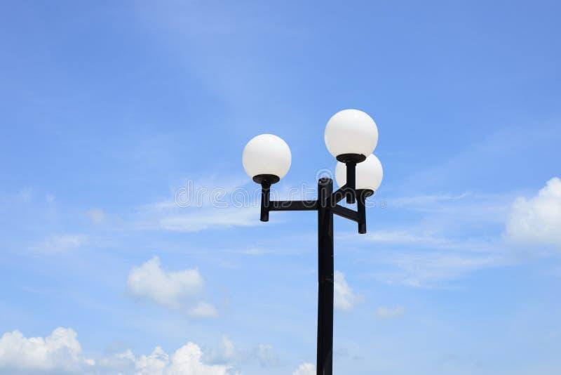 Lámpara de calle en la forma de bolas blancas imagen de archivo libre de regalías