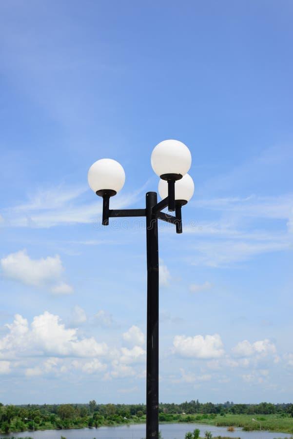 Lámpara de calle en la forma de bolas blancas foto de archivo libre de regalías