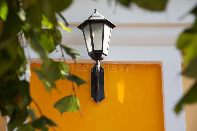 Lámpara de calle en una pared amarilla fotografía de archivo libre de regalías