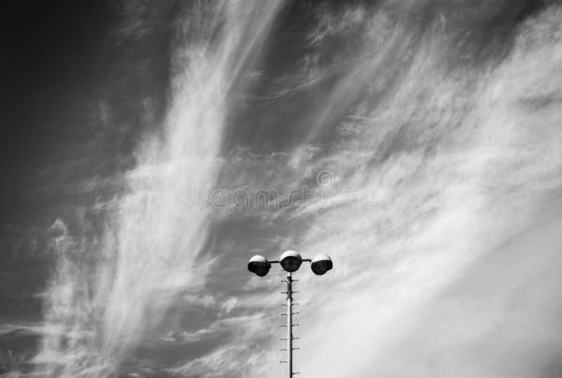 Lámpara de calle moderna sobre el cielo oscuro imagenes de archivo