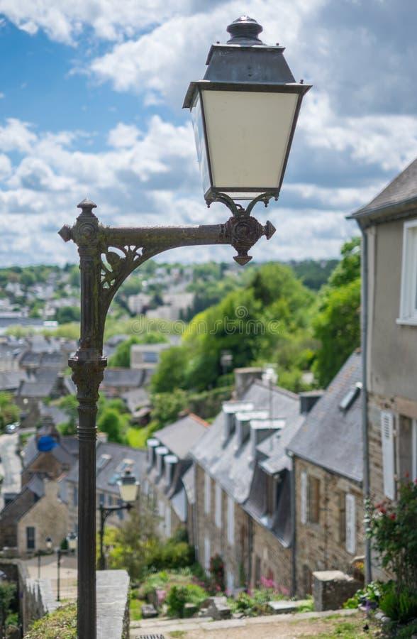 Lámpara de calle pasada de moda delante de casas colgantes foto de archivo