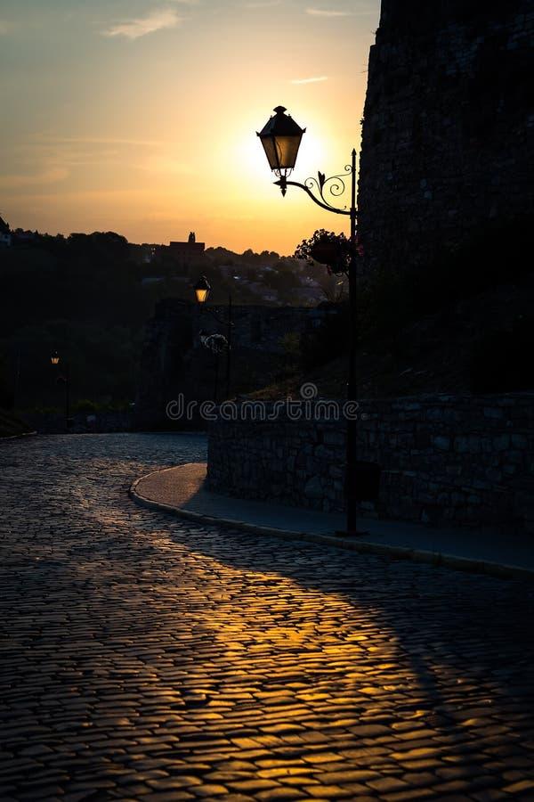 Lámpara de calle retra en el parque de la ciudad en la puesta del sol del verano imagen de archivo libre de regalías
