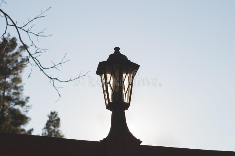 Lámpara de calle retra en la puesta del sol Linterna del vintage en la igualación de la luz imágenes de archivo libres de regalías