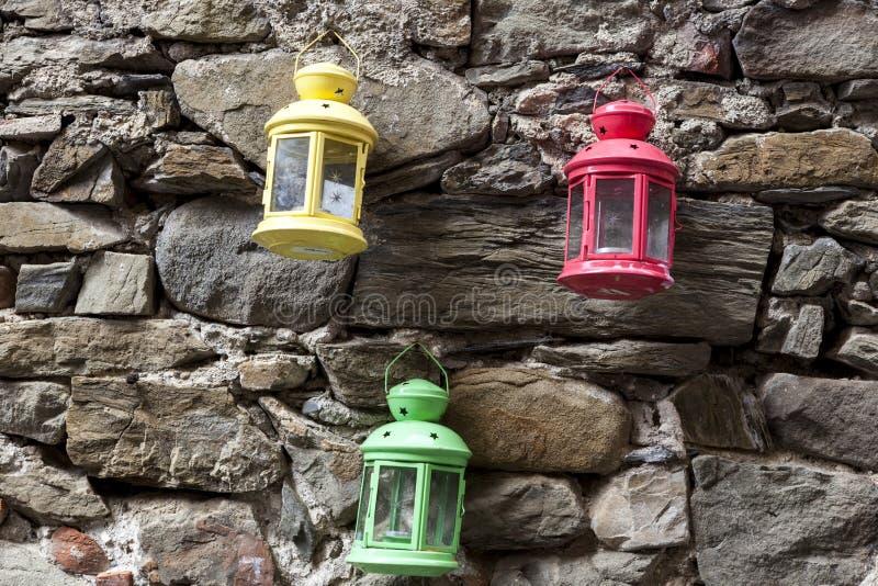 Lámpara de calle roja, amarilla, verde en la pared de piedra Calle de Palermo imagen de archivo