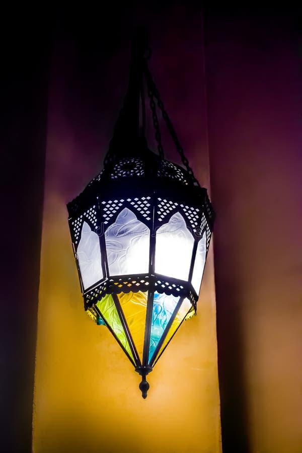 Lámpara de calle suspendida hecha del metal negro, con los vidrios coloreados - vitrales, parrilla a cielo abierto, estilo orient imágenes de archivo libres de regalías