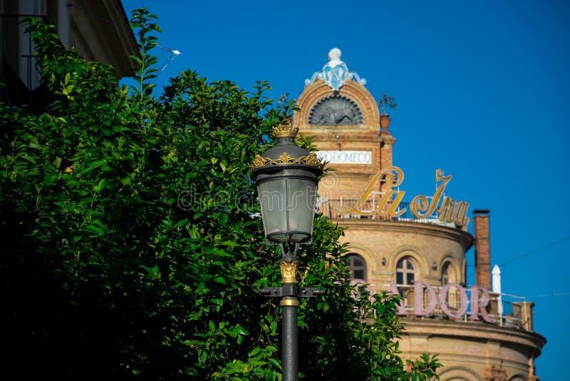 Lámpara de calle vieja con el gallo azul imagenes de archivo