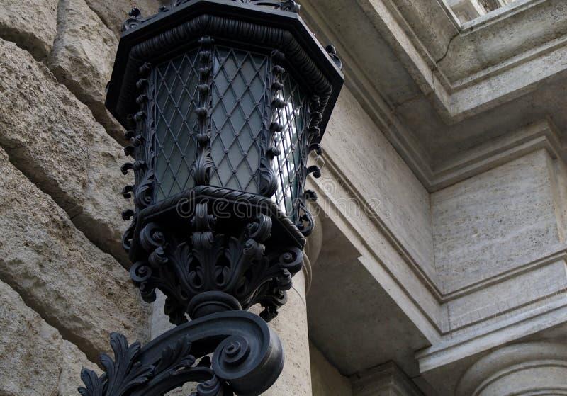 Lámpara de calle vieja en el centro de Praga fotos de archivo