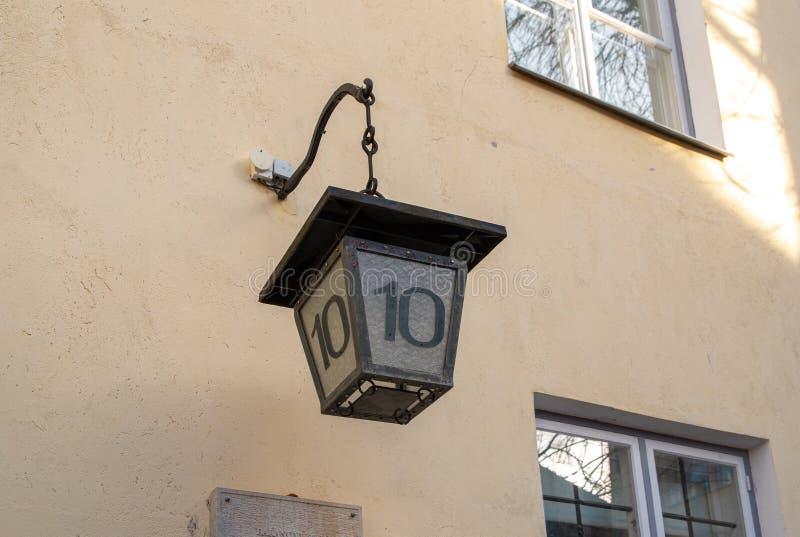 Lámpara de calle vieja de Estonia Tallinn con número de casa imagenes de archivo