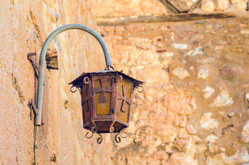 Lámpara de calle vieja que cuelga en la pared de un edificio imagen de archivo libre de regalías