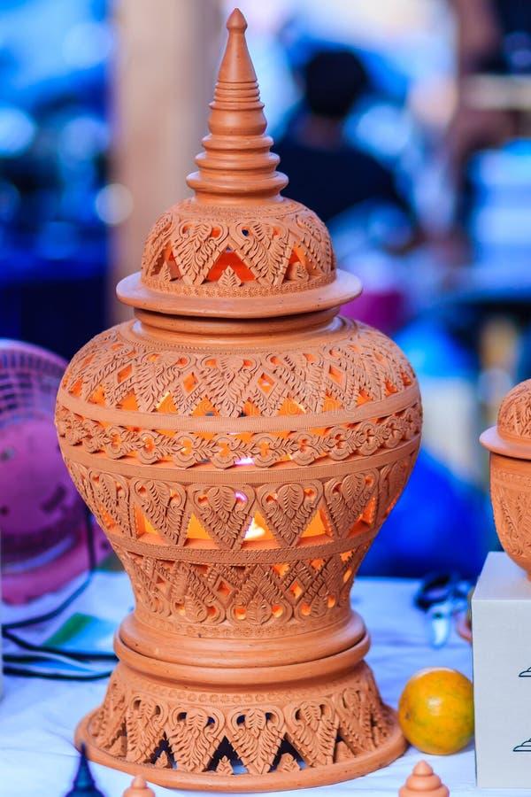 Lámpara de cerámica hecha a mano hermosa en modelos tailandeses del estilo potter imagen de archivo libre de regalías